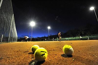 Onderzoek veiligheid lichtmasten rond tennisbanen in Akkrum
